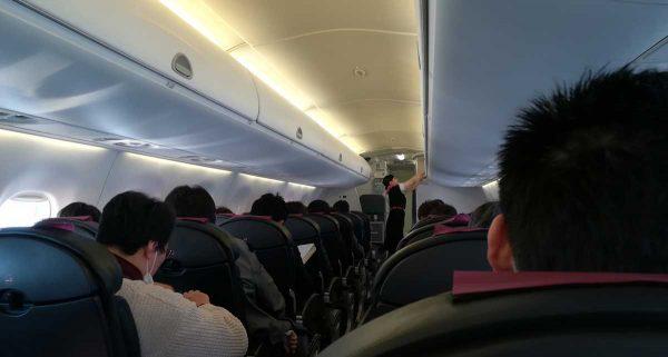 飛行機内満席