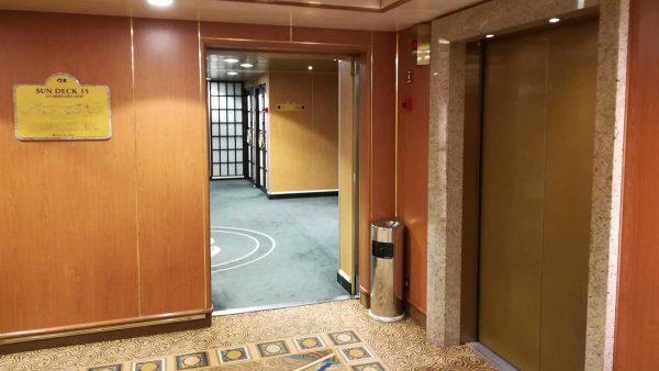 船内前方エレベータ15階