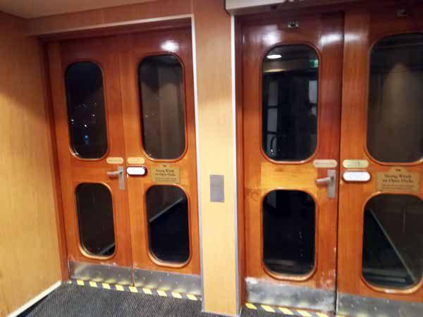 船内前方エレベータ15階外扉
