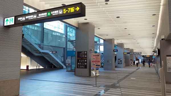 桃園空港MRT台北駅東改札階段