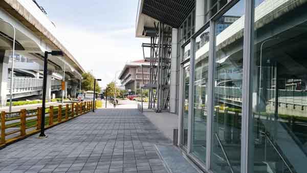 桃園空港MRT台北駅の横