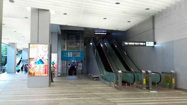 桃園空港MRT台北駅地下エスカレータ
