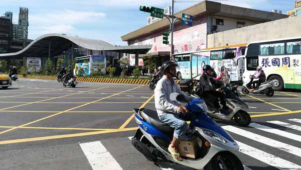 横断歩道のバイク