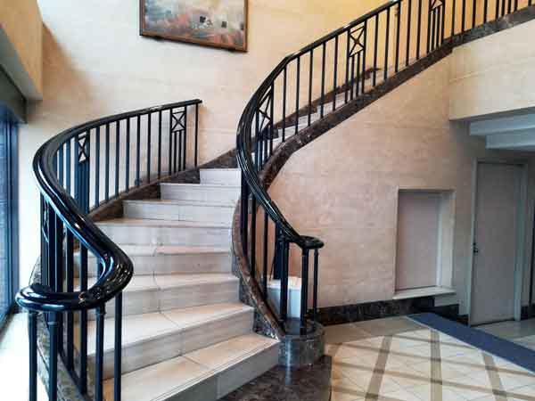 メトロポリタン盛岡ニューウィング入り口階段