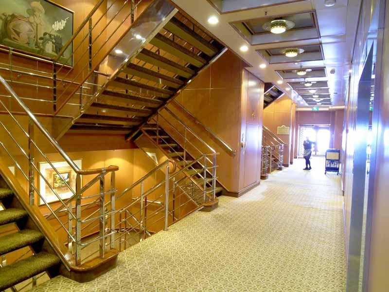 船内中央階段