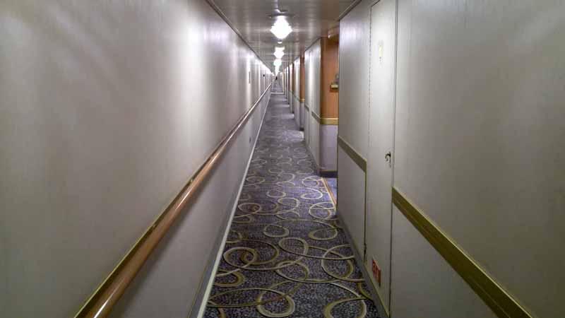 ダイヤモンドプリンセスの長い廊下